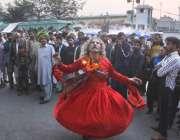 لاہور: حضرت داتا گنج بخش (رح) کے 973ویں عرس کے موقع پر ایک دھمال ڈال رہا ..