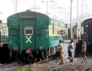 لاہور: گڑھی شاہو کے قریب واشنگ لائن میں ریلوے ملازمین سفر پر روانگی ..