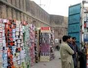 لاہور: تاریخی بادشاہی قلعہ کی دیوار کے ساتھ ٹرک سے سامان اتارا جا رہا ..