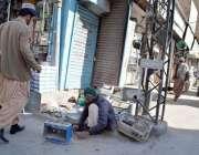 کوئٹہ: سرگنج بازار میں ایک شخص پرانے ہیٹروں کی مرمت میں مصروف ہے۔