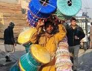 راولپنڈی: محنت کش اپنے کندھوں پر موڑے اٹھائے فروخت کے لیے جا رہا ہے۔