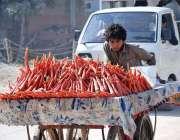 حیدر آباد: ایک کمسن بچہ ہتھ ریڑھی پر گاجریں فروخت کے لیے رکھے جا رہا ..