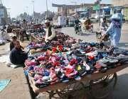 حیدر آباد: محنت کش پرانے جوتے فروخت کر رہے ہیں۔