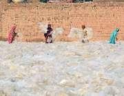 ملتان: مزدور خواتین فیکٹری کے استعمال شدا پلاسٹک کے لفافے خشک کرنے ..