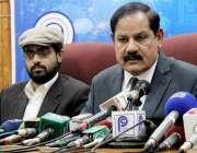 پشاور: صوبائی وزیر اطلاعات مشتاق احمد غنی پریس کانفرنس سے خطاب کررہے ..