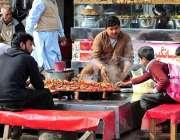 راولپنڈی: دکاندار سڑک کنارے روایتی انداز سے کھانا بنا کر فروخت کر رہا ..