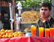 راولپنڈی: دکاندار کینو کا جوس فروخت کر رہا ہے۔
