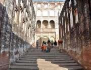 لاہور: شہری شاہی قلعہ کی سیر کر رہے ہیں۔