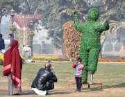 لاہور: ایک شہری اپنے بچے کی تصویر بنا رہا ہے۔