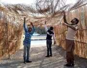 اسلام آباد: مسیحی نوجوان کرسمس کی آمد کے سلسلے میں گلیاں اور محلے سجانے ..