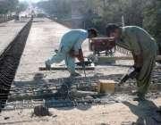 کراچی: مزدور کورنگی فلائی اوور کے تعمیراتی کام میں مصروف ہیں۔
