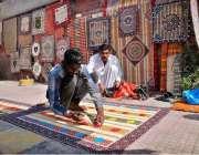 حیدر آباد: محنت کش فٹ پاتھ پر بیٹھے چکھ بنا رہے ہیں۔