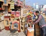لاہور: دکاندار ہاتھ سے بنائی گئی اشیاء فروخت کے لیے سجا رہا ہے۔