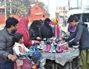 لاہور: شہری ریڑھی بانے سے پرانے جوتے خریدنے میں مصروف ہیں۔