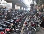 لاہور : ضلع کچہری کے قریب غیر قانونی موٹر سائیکل سٹینڈ کا منظر۔
