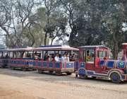 لاہور: گریٹر اقبال پارک کی سیرو تفریح کے لیے آئے شہری منی ٹرین کی سیر ..