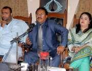 کراچی: پریس کلب میں سندھ ٹیسٹنگ سروس (پی) لمیٹیڈ کے سی ای او ڈاکٹر ڈینس ..