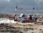 لاہور: سنگھ پورہ کے علاقہ میں ایک خانہ بدوش خاندان نے شدید سردی میں ..