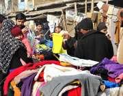 راولپنڈی: شہری گرم کپڑے خریدنے میں مصروف ہیں۔