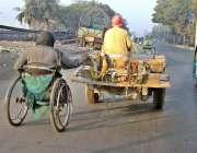 فیصل آباد: ایک معذور شخص گدھی ریڑھی کا سہارا لیے اپنے منزل کی جانب رواں ..