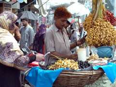 RAWALPINDI: A vendor displaying the fresh dates to attract the customers.