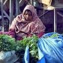 سیالکوٹ: ایک خاتون اپنا اور اپنے خاندان کا پیٹ پالنے کے لیے سبزی فروخت ..