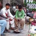 فیصل آباد: سردی کی شدت کو کم کرنے کے لیے شہری آگ تاپ رہے ہیں۔
