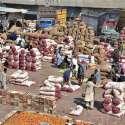 حیدر آباد: سبزی منڈی میں مزدور پیاز کی بوریوں پر بیٹھے آرام کر رہے ہیں۔