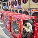 ملتان: مزدور اپنی دکان پر ایئر کولر بنانے میں مصروف ہے۔