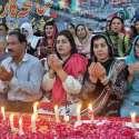 لاہور: سانحہ کارساز کے شہداء کی یاد میں پنجاب اسمبلی کے سامنے پیپلز پارٹی کے رہنما عزیز الرحمن چن، فائرہ ملک، عطیہ سلیم و دیگر شمعیں روشن کرنے کے بعد دعا مانگ رہے ہیں۔