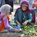 اسلام آباد: خانہ بدوش بچیاں خراب سبزی کے ڈھیر سے کار آمد سبزی تلاش کر رہی ہیں۔