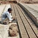 فیصل آباد: مزدور بھٹے پر اینٹیں بنا رہا ہے۔