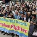 مظفر آباد: پاسبان حریت کے زیر اہتمام امریکہ کی جانب سے متحدہ جہاد کونسل کے سربراہ سید صلا ح الدین کو عالمی دہشتگرد قرار دینے کے خلاف بھارتی پرچم نذر آتش کیا جار ہا ہے۔