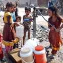 حیدر آباد: پانی کی قلت کے باعث بچیاں ہینڈ پمپ سے پینے کے لیے کولروں میں پانی بھر رہی ہیں۔