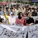 کراچی: کراچی پریس کلب کے سامنے پاکستان تحریک انصاف سندھ کے کارکنان احتجاج کر رہے ہیں۔