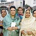 پشاور: این اے4کے ضمنی الیکشن کے حوالے سے خواتین پولینگ ایجنٹ کی میٹنگ کے بعد صوبائی انفارمیشن سیکرٹری روبینہ خالد ویمن ونگ کی صوبائی صدر نگہت اورکزئی جنرل سیکرٹری شازیہ طہماس کے ہمراہ گروپ فوٹو۔