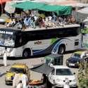 راولپنڈی: عید اپنے پیاروں کے ساتھ منانے کے لیے جانیوالے شہری بس کی چھت پر سوار اپنے آبائی علاقوں کو جا رہے ہیں۔