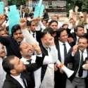 لاہور: ہائیکورٹ بار ایسوسی ایشن کے زیر اہتمام استعفیٰ کے مطالبہ اور بار میں تور پھوڑ کے خلاف ریلی میں اپوزیشن لیڈر میاں محمود الرشید وکلاء کے ہمراہ نعرے لگا رہے ہیں۔
