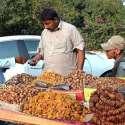 سرگودھا: شہری ریڑھی بان سے خشک میوہ جات خرید رہے ہیں۔