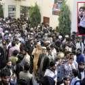 لاہور: حافظ محمد سعید مسجدالقادسیہ میں نماز جمعہ کے بعد کارکنان کو دیکھ کر ہاتھ ہلا رہے ہیں۔