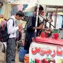 لاہور: راوی روڈ پر شہری گرمی کی شدت کم کرنے کے لیے ریڑھی سے جوس پی رہے ہیں۔