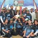 پشاور: ڈائریکٹر یوتھ اسفند یار خان تیسری مسز ملک سعد ویمن کرکٹ ٹورنامنٹ کے فاتح ٹیم کو ٹرافی دے رہے ہیں۔