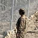 شمالی وزیرستان: پاک افغان بارڈر محفوظ بنانے کے لیے بنائی گئی باڑ کے قریب پاک فوج کا جوان الرٹ کھڑا ہے۔
