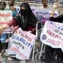 حیدر آباد: معذوروں کی طرف سے پریس کلب پر جاری احتجاج کے دوران ایک معذور خاتون اپنی ساتھی کے ہاتھ پر مہندی لگا رہی ہے۔