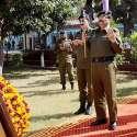 راولپنڈی: آئی جی کیپٹن (ر) عارف نواز خان پولیس شہداء کی یادگار پر پھولوں کی چادر چڑھانے کے بعد دعا کر رہے ہیں۔