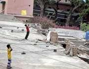 لاہور: پابندی کے باوجود گڑھی شاہو کے علاقہ میں بچے چھت پر پتنگ بازی ..