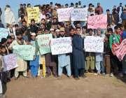 پشاور: گھڑی بلوچ کے مکین مطالبات کے حق میں احتجاجی مظاہرہ کر رہے ہیں۔