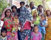 حیدر آباد: زمیندار کے خلاف انصاف کے لیے احتجاجی مظاہرہ کر رہے ہیں۔