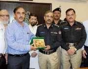کراچی: صدر سائٹ ایسوسی ایشن آف انڈسٹری ڈی آئی جی ٹریفک آصف اعجاز شیخ ..