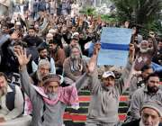 لاہور: واپڈا پیغام یونین کے ورکرز اپنے مطالبات کے حق میں احتجاج کر رہے ..